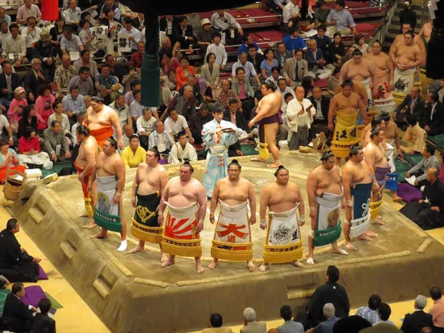 Rikishi enter the ring | © Japan Trip