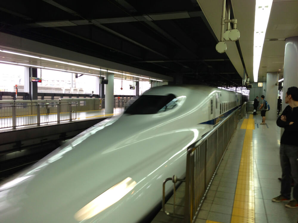 Bullet train arriving at the platform (super fast) | © Japan Trip
