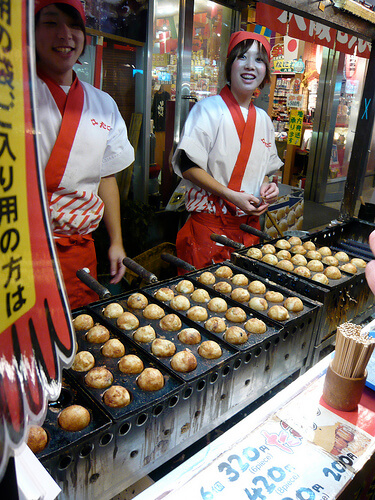 Takoyaki being cooked | © WordRidden via Flickr
