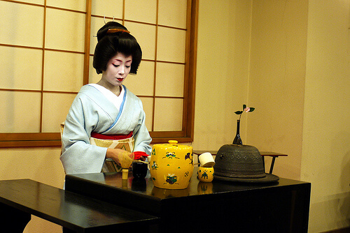 Maiko Hostess Performing Tea Cermony | © scjody via Flickr